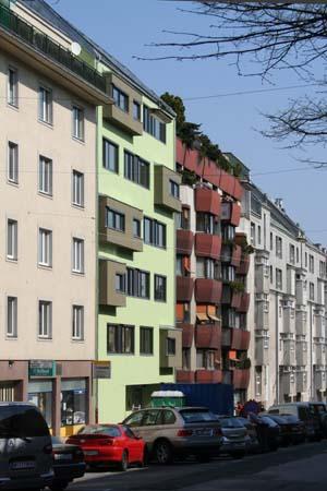 Wohnbau in Haselnuss-Pistazie - Straßenfront