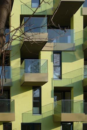 Wohnbau in Haselnuss-Pistazie - Gartenfront Balkone