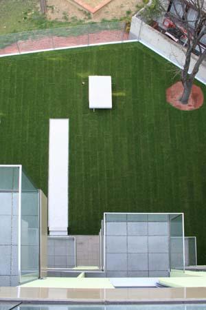 Wohnbau in Haselnuss-Pistazie - Gartenfront Balkone von oben